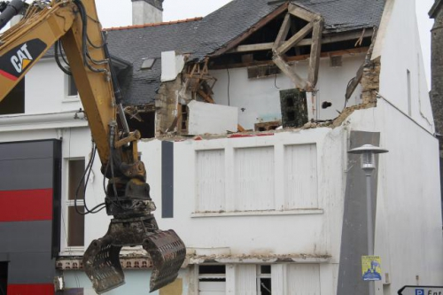 demolition-surprise-de-la-mairie-de-plumeliau_1.jpg